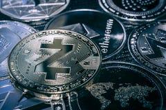 Cryptocurrency Zcash νομισμάτων στο υπόβαθρο των κύριων altcoins στοκ εικόνες με δικαίωμα ελεύθερης χρήσης