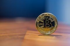 Cryptocurrency-Zeichensilber Bitcoin mit blauem Hintergrund Stockfotos