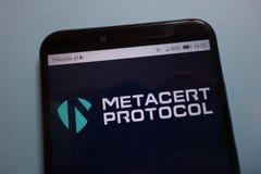 Cryptocurrencyembleem van het MetaCertprotocol META op smartphone royalty-vrije stock foto's