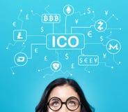 Cryptocurrencyico thema met jonge vrouw Stock Afbeeldingen