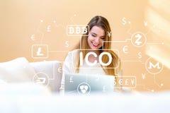 Cryptocurrencyico thema met jonge vrouw die haar laptop met behulp van Stock Foto
