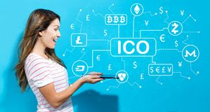 Cryptocurrencyico thema met jonge vrouw die tablet gebruiken Royalty-vrije Stock Afbeelding