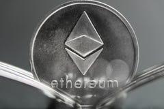 Cryptocurreny νόμισμα Ethereum που τοποθετείται μεταξύ των δικράνων με την αντανάκλαση, σκληρό δίκρανο στοκ φωτογραφία με δικαίωμα ελεύθερης χρήσης