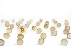 cryptocyrrency抽象照片  一些cryptocurrency硬币供以人员手 免版税图库摄影