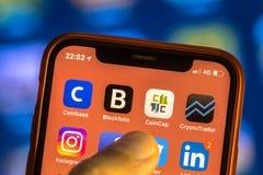 Cryptos icônes de la devise APP sur le nouveau smartphone Images stock