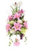 与玻璃花瓶,桃红色cryst的装饰人为塑料花 免版税图库摄影