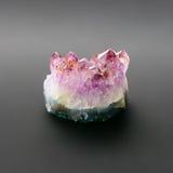 Crystal Amethyst sur le fond gris-foncé Image stock