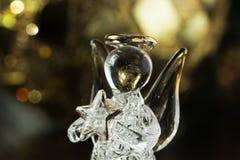 Crystal Angel på bakgrunden av guld- bollar för jul Ny Yea Arkivfoton