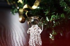 Crystal Angel på bakgrunden av guld- bollar för jul Ny Yea Arkivbild