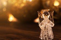 Crystal Angel på bakgrunden av julbollar nytt år de Royaltyfria Foton