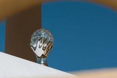Crystal Ball che rappresenta mano che tiene la sfera Immagini Stock Libere da Diritti