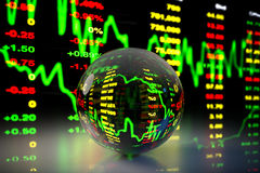 Crystal Ball con el fondo de la carta del mercado de acción, representación 3D Fotos de archivo libres de regalías