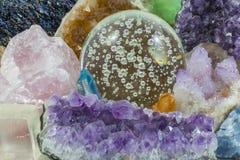 Crystal Ball con los diversos cristales fotografía de archivo