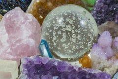 Crystal Ball con los diversos cristales imagenes de archivo