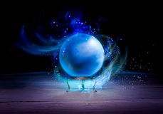 Crystal Ball du diseur de bonne aventure avec l'éclairage dramatique Images stock