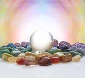 Crystal Ball a entouré par les cristaux curatifs Photos libres de droits