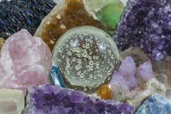 Crystal Ball mit verschiedenen Kristallen Stockbild