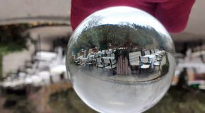 Crystal Ball With Nature Background Den Lens bollen med en härlig sikt på parkerar arkivbilder