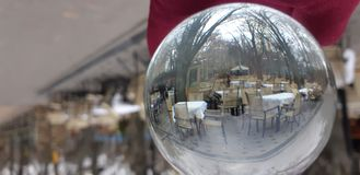 Crystal Ball With Nature Background Den Lens bollen med en härlig sikt på parkerar royaltyfri fotografi