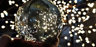 Crystal Ball With Nature Background Quelques photos prises par la boule en verre tordant l'image mais est créative images stock