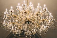 Crystal Chandelier On Ceiling clásico foto de archivo