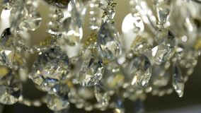 Crystal Chandelier Chiuda su dei cristalli Chiuda sul colpo di grande bello candeliere di lusso di cristallo Con bling video d archivio