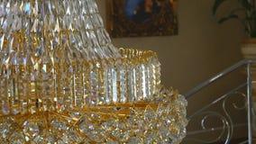 Crystal Chandelier Chiuda su sul cristallo di un candeliere contemporaneo stock footage