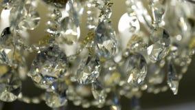 Crystal Chandelier Ciérrese para arriba de los cristales Ciérrese encima de tiro de una lámpara de lujo cristalina hermosa grande almacen de metraje de vídeo