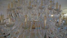 Crystal Chandelier Ciérrese para arriba de los cristales El ángulo bajo tiró de una lámpara de lujo cristalina hermosa grande Con almacen de video
