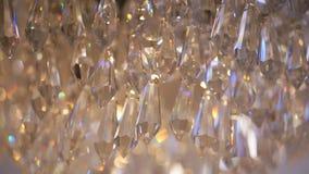 Crystal Chandelier Cristales clásicos grandes El ángulo bajo tiró de una lámpara de lujo cristalina hermosa grande almacen de metraje de vídeo