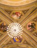 Crystal Chandelier e soffitto dipinto della chiesa. Fotografia Stock
