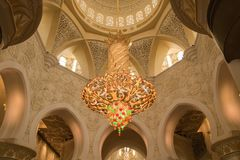 Crystal Chandelier Hanging multicolore en Sheikh Zayed Grand Mosque, Abu Dhabi, EAU image libre de droits