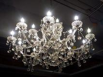 Crystal Chandelier Hanging van het Plafond in de Zaal stock afbeelding