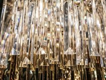 Crystal Chandelier Sluit omhoog op het kristal van een contempo stock foto's