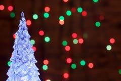 Crystal Christmas-Baum belichtet mit einer Girlande auf dem backgro Lizenzfreie Stockfotos
