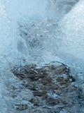 Crystal Clear Blue Stream Down das Eis-Feld lizenzfreie stockfotos
