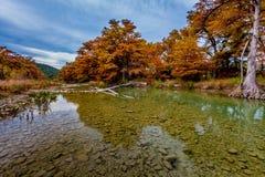 Crystal Clear Cobblestoned Frio River bei Garner State Park, Texas lizenzfreie stockfotos