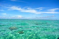 Crystal Clear Lagoon vatten i Bora Bora, franska Polynesien arkivfoton