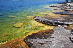 Crystal clear shore in Tobermory, Georgian bay Royalty Free Stock Photos