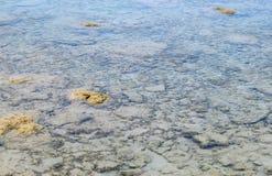 Crystal Clear Transparent Water mit Unterwassersteinen - extrahieren Sie natürlichen Hintergrund stockfotografie