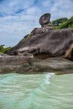 Crystal Clear Turquoise Sea perfetto e roccia iconica all'isola Tailandia di Similan. Avventura dell'Asia. Fotografie Stock