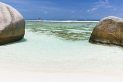 Crystal Clear Water, La Digue, Seychellen lizenzfreie stockbilder