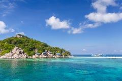 Crystal Clear Water på den tropiska ön Arkivbilder