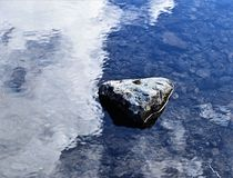Crystal Clear Waters From Melting-Schnee stockfotografie