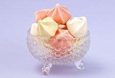 Crystal Dessert Bowl Filled com várias merengues coloridas foto de stock