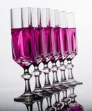 Crystal exponeringsglas med rosa vätska Arkivfoto