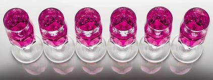 Crystal exponeringsglas med rosa vätska Arkivbild