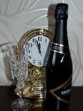 Crystal exponeringsglas och en flaska av champagne Tid på klockan att närma sig det nya året Mer mindre än fem minuter för det ny Arkivfoton