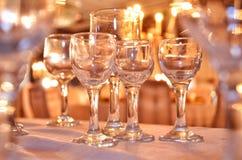 Crystal exponeringsglas på tabellslutet upp av många champagneexponeringsglas på en special händelse Arkivfoton