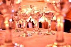 Crystal exponeringsglas på tabellslutet upp av många champagneexponeringsglas på en special händelse Arkivfoto